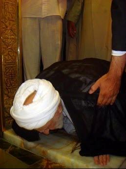 بوسه ایت الله بهجت بر صحن امام رضا